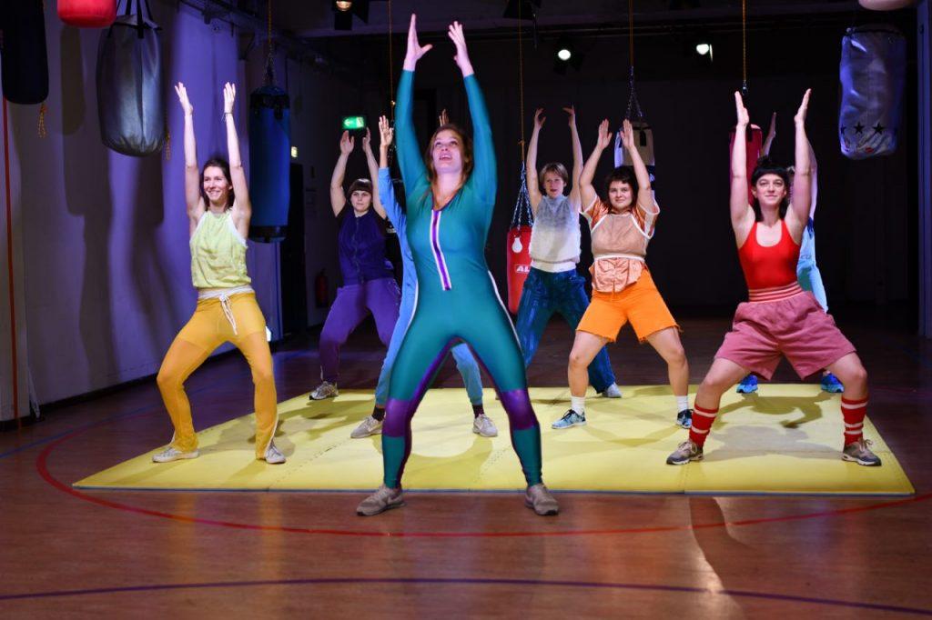 Menschen von Frauen und Fiktion in einer sportlichen Übung Foto: Brygida Kowalska