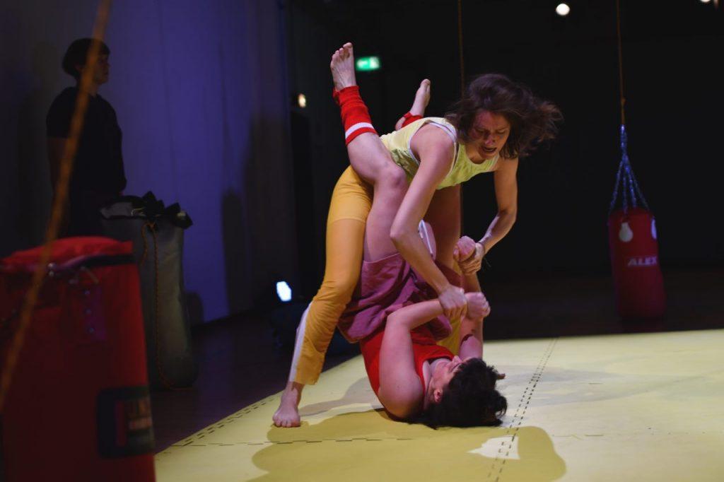 Menschen von Frauen und Fiktion in einer ringenden Position Foto: Brygida Kowalska