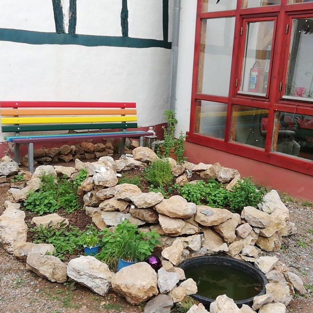 Regenbogenbank im Garten